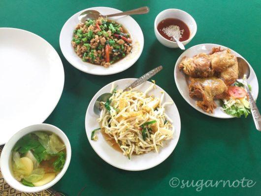 Restaurant near Sukhothai Historical Park, スコータイ歴史公園近くのレストラン