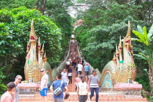 ワット・プラ・タート・ドイ・ステープ, Wat Phra That Doi Suthep, 参道